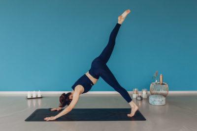 Yoga by Veronika, einbeiniger herabschauender Hund